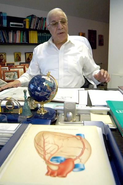 В кабинета си пред снимка на сърце