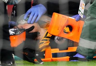 Лекарският екип обгрижва Раул Хименес на терена след инцидента.  СНИМКА: РОЙТЕРС
