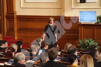 Екатерина Захариева в Народното събрание. СНИМКА: Румяна Тонева СНИМКА: 24 часа