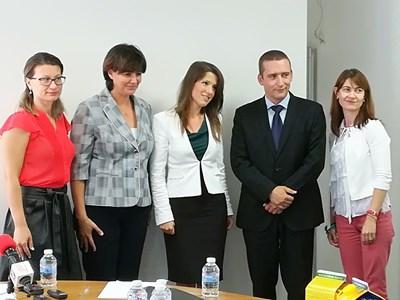 Екипът, които е отговарял за изготвянето на двата фонда. В средата е изпълнителният директор Светослава Георгиева.