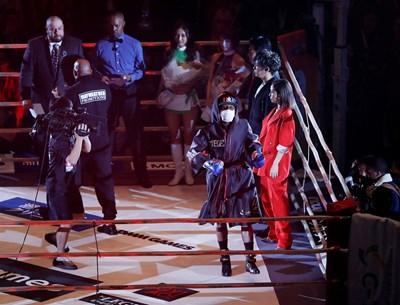 Мейуедър излзе с маска на ринга в Саитама, след което преби от бой съперника си. СНИМКА: РОЙТЕРС