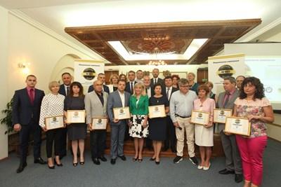 Регионалната министърка Петя Аврамова заедно с кметовете на наградените общини в Северен централен регион. СНИМКА: Николай Литов
