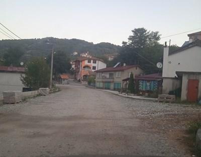 Част от спряната отсечка минава през центъра на село Ляска СНИМКА: Валентин Хаджиев