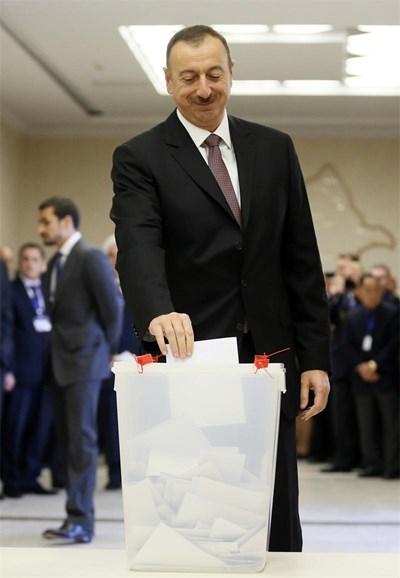 Илхам Алиев гласува. СНИМКА: РОЙТЕРС