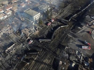 Така изглеждаше село Хитрино от птичи поглед, след като товарен влак с 26 вагона дерайлира и цистерна с пропан бутан се взриви насред селото. СНИМКА: РОЙТЕРС