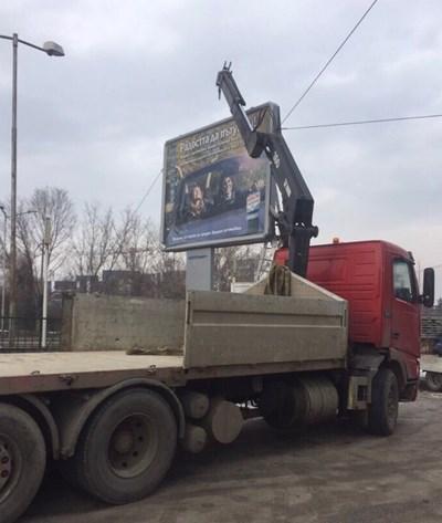 Камион отнася незаконен билборд.