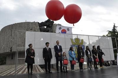 Кметът Димитър Николов и посланик Джингю преветстват бургазлии за Дните на Корея  СНИМКИ: Димчо Райков
