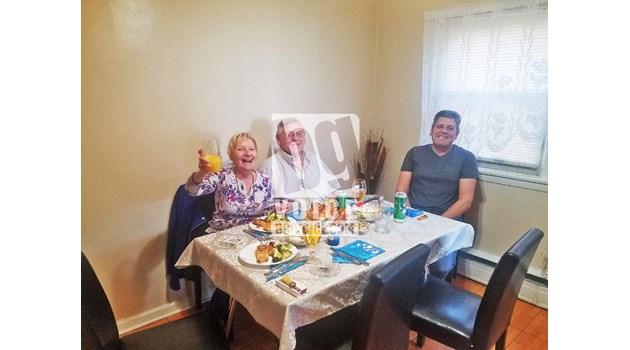 """Щастливо семейство се събра на вечеря, остави вратата отключена и така """"покани"""" у дома убиеца"""