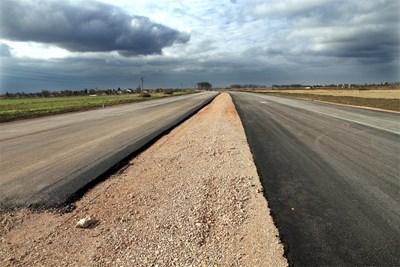 През идните 5 г. в пътища се очаква да се вложат 11 млрд. лв. Най-много камък отива в слоевете, които се полагат под асфалта на магистралите. СНИМКА: Пиeр Пeтров