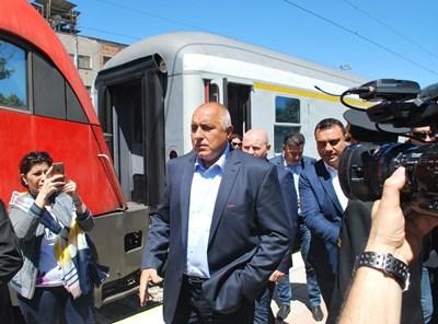 Премиерът Бойко Борисов и транспортният министър Ивайло Московски откриха две отсечки на влака стрела. Преди това министър-председателят откри изцяло реновиран нов мост в Симеоновград. СНИМКА: Николай Грудев