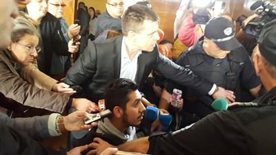 Адвокат Иван Дойнов пробива път на Северин между насъбралите се около него журналисти малко преди да влезе в съдебната зала.