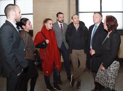 Мартин Петров (по средата) и жена му Ралица (с червения шал), обградени от адвокати. СНИМКА: Румяна Тонeва