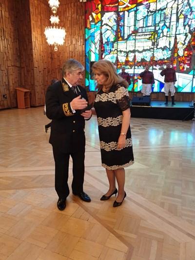 Вицепрезидентката Илияна Йотова говори с посланик Макаров. СНИМКА: Стоян Илков