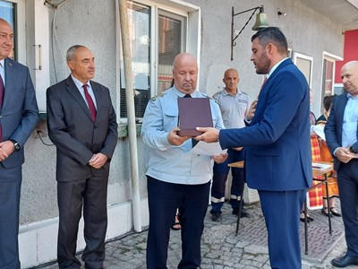 Павел Михайлов /вдясно/ връчи плакет и грамота на шефа на пловдивската пожарна Георги Мангараков.