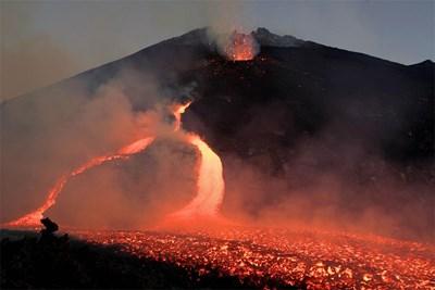Вулканът Етна на остров Сицилия изригва. СНИМКИ: РОЙТЕРС