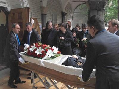 Съпругът на певицата - Крум Калъчев, се сбогува с нея  СНИМКИ: БУЛФОТО