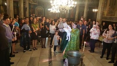 """18 бебета бяха кръстени в русенския катедрален храм """"Света Троица"""" в рамките на най-голямото Свето кръщение на новородени деца в съвременната история на България. СНИМКИ: Авторът"""