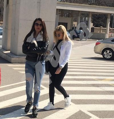 Тита (с бялото яке) дойде да подкрепи баща си в съда  СНИМКИ: Авторката СНИМКА: 24 часа