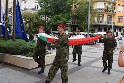 Тържествата започнаха с ритуал по издигането на националния флаг.