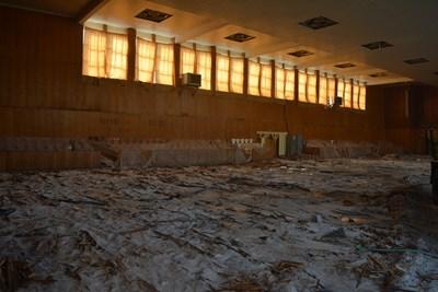 В спортната зала вече се премахва стария дървен под