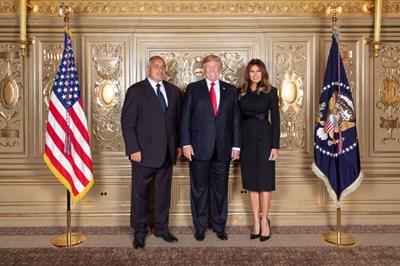 Бойко Борисов се снима заедно с президента Доналд Тръмп и съпругата му Мелания на сесията на ООН през 2018 г. в Ню Йорк.