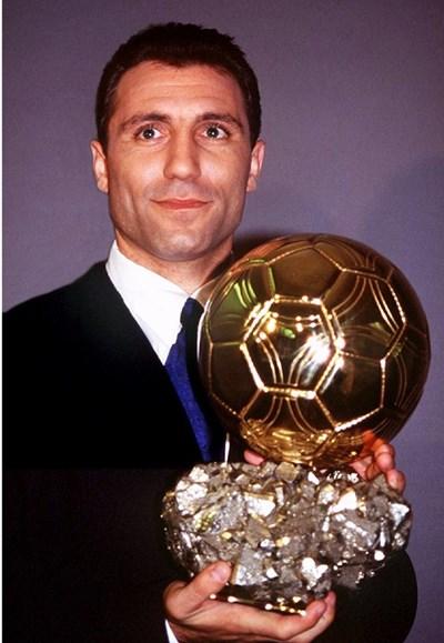 """Христо Стоичков позира със """"Златната топка"""" на 20 декември 1994 г. Тогава той стана едва третият футболист, който печели трофея като играч на """"Барселона"""" след Луис Суарес и Йохан Кройф. СНИМКА: РОЙТЕРС"""