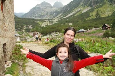 Оля с дъщеря си Сани на Мальовица. Снимки: Личен архив