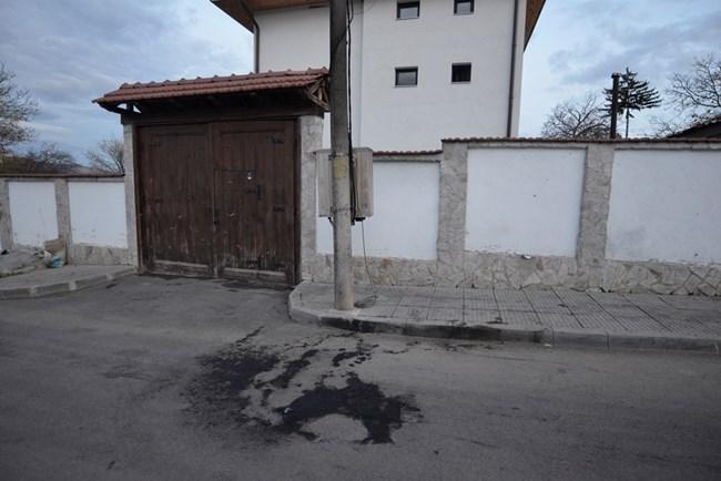 Колите са били вдигнати от репатрак, но петно от изгорено се виждаше пред вилата на Костов.  СНИМКА: ЙОРДАН СИМЕОНОВ