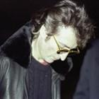 Джон подписва албума на убиеца си.