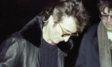 Продават снимка на Джон Ленън с убиеца му