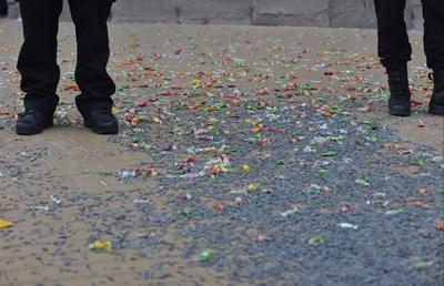 Десетки боклуци се въргалят по улиците след протеста. СНИМКА: Йордан Симeонов