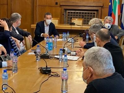 Кметът Димитър Николов обсъжда ситуацията с COVID-19 със здравните експерти.