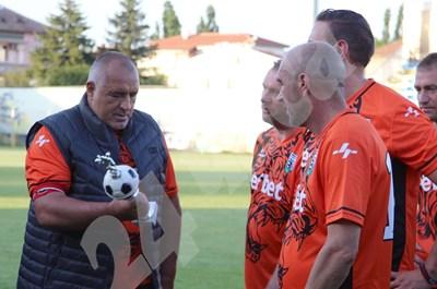 Бойко Борисов получи приза за голмайстор на първенството за ветерани. Във финалния мач той отбеляза 3 гола и направи 2 асистенции. СНИМКИ: Авторът СНИМКА: 24 часа