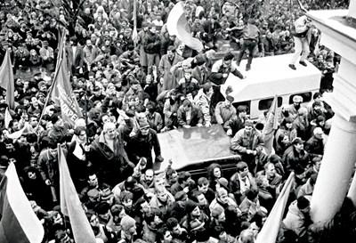 Протестите пред парламента през януари 1997 г., когато се сваля правителството на Жан Виденов. СНИМКА: Румяна Тонeва