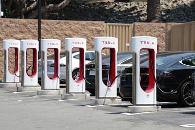 Зелени номера с черни букви и цифри ще получават електрическите автомобили, предвиждат промени в наредба.
