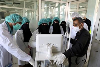 Лекари в медицински център в Либия отвеждат пациент в тежка форма с коронавирус към интензивно отделение. СНИМКА РОЙТЕРС