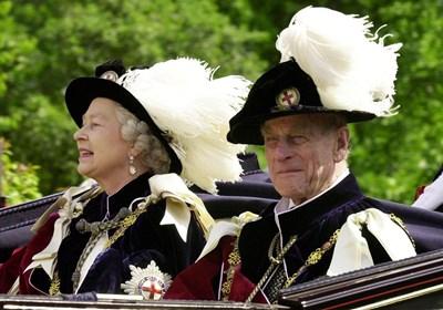 Елизабет II и съпругът й в облекла на Ордена на Жартиерата през 2001 г. СНИМКИ: РОЙТЕРС СНИМКА: РОЙТЕРС