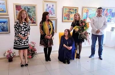 Лидия Кунева /седналата: с дъщеря си Лора Янева/до нея с цветята/ на откриването на общата им изложба през 2019 г. Снимка:Архив