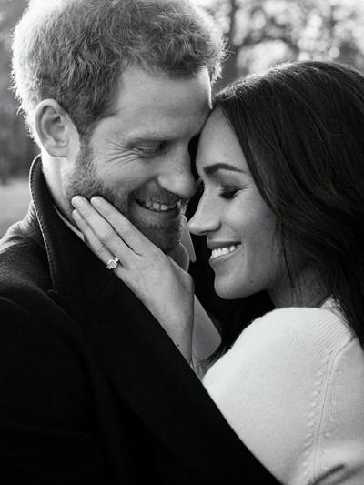 Една от официалните годежни снимки на принц Хари и Меган Маркъл.   СНИМКИ: РОЙТЕРС