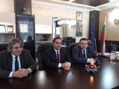 Министър Емил Караниколов / в средата/ с кмета Генчо Генчев и председателя на Общинския съвет д-р Кристиян Кирилов