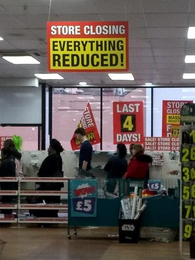 Разпродажбите заради затваряне на магазините са обичайна гледка. СНИМКА: Авторът