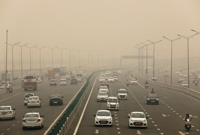 В Делхи бе обявено извънредно положение, след като се наложи на хората да дишат като в газова камера