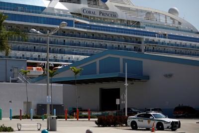 """Круизният кораб """"Корал принсес"""" с двама починали от коронавирус пътници и 12 заболели акостира днес в Маями. Снимка Ройтерс"""