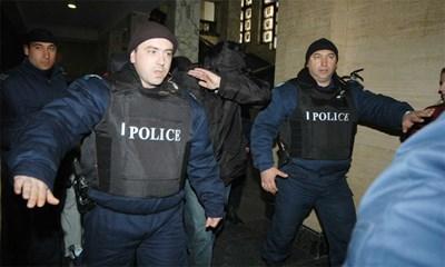 Йожи старателно крие лицето си по коридорите на Съдебналата палата.  СНИМКИ: ГЕРГАНА ВУТОВА