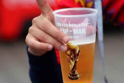 Английските фенове ще изпият допълнително 14 млн. халби бира само в първата фаза на световното по футбол, прогнозират експерти. СНИМКА: РОЙТЕРС