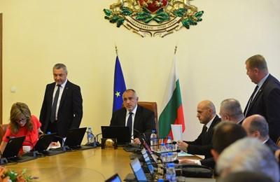 Министрите ще излизат в отпуск по график.