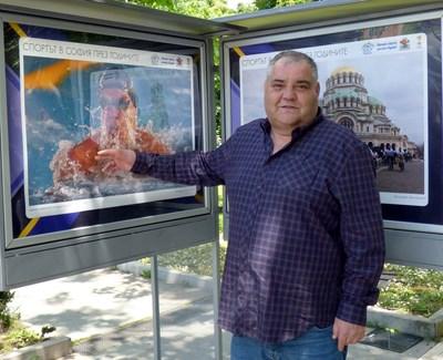 Иван Йочев показва любимата си снимка, която се оказа от плуването. Иначе за него футболът и Формула 1 са №1. СНИМКА: Румяна Тонeва