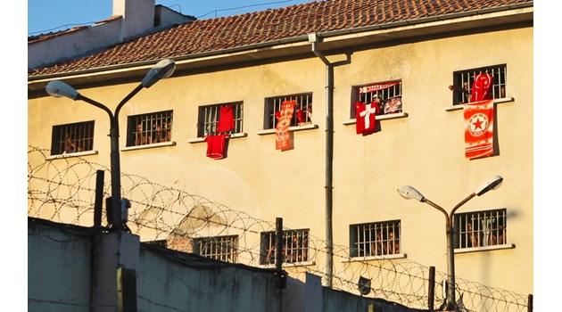 Шеф от ДАИ води колеги в  затвора, за да видят живота след подкупа (Обзор)