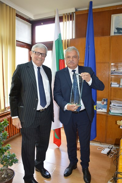Кметът Вл. Москов /вдясно/ получава наградата от Яков Джераси.