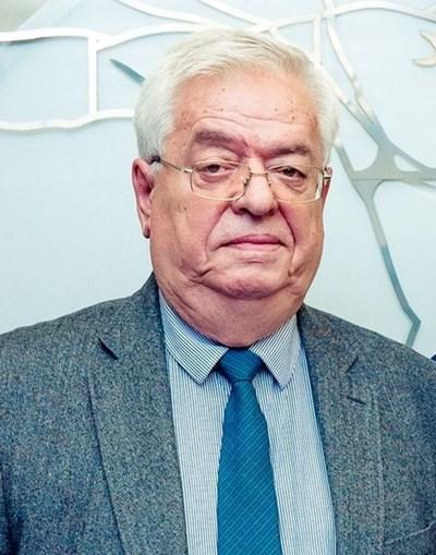 Рожденик е доайенът в неврохирургията проф. Стефан Габровски, който освен със скалпел знае как да лекува и с думи
